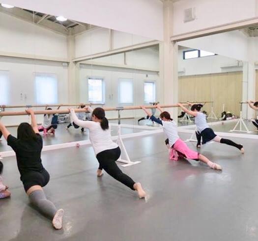 尼崎のバレエスタジオの大人レッスンの様子