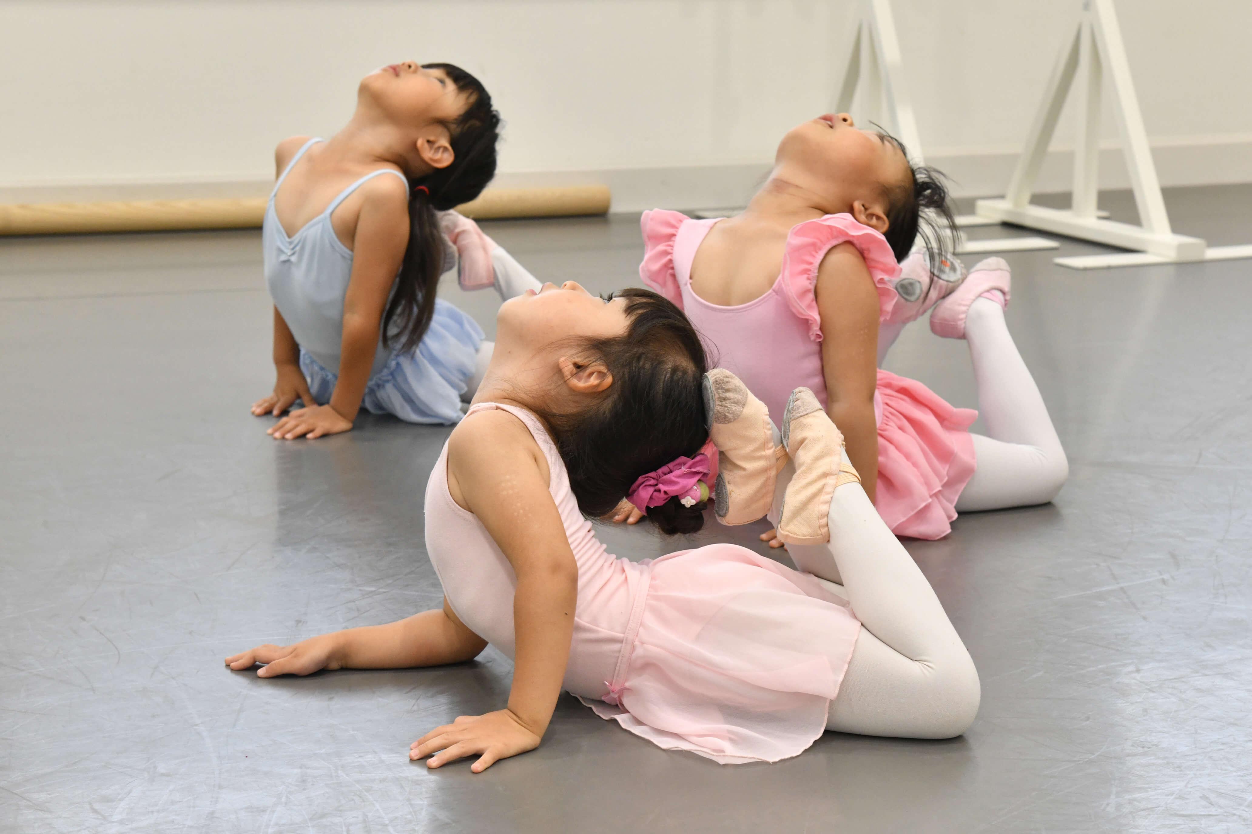 尼崎市武庫之荘のバレエスタジオ レッスンの様子 柔軟